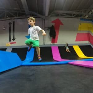 a saltar bounce lisboa - jumping kid in trampoline